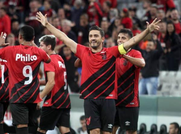 """Marquinho (de braçadeira), do Athletico: """"O time está preparado"""""""