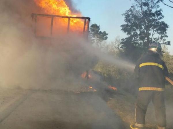 Caminhão com explosivos pega fogo e interdita PR-092 por 15 horas