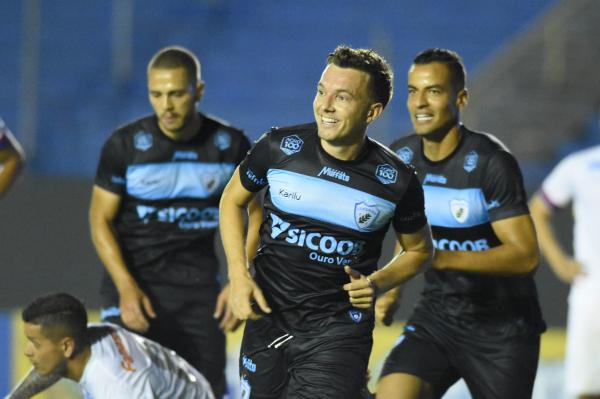 Dagoberto comemora gol sobre o Paraná Clube