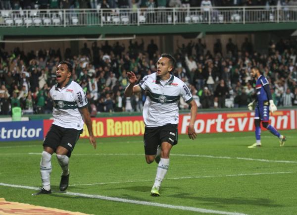 Alano comemora o golaço no Couto Pereira