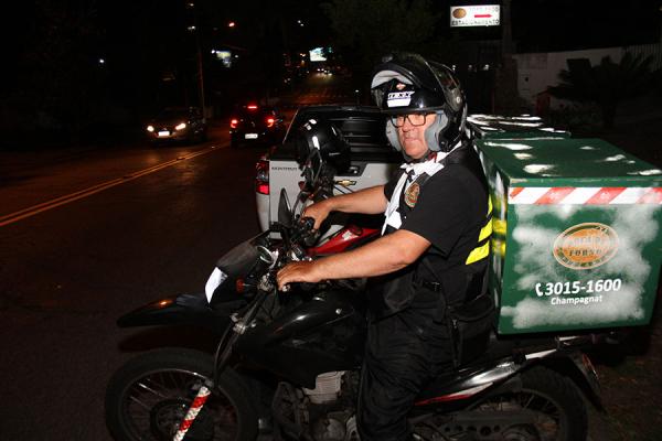 Entregador da Pizzaria Boca de Forno: funcionários próprios como diferencial