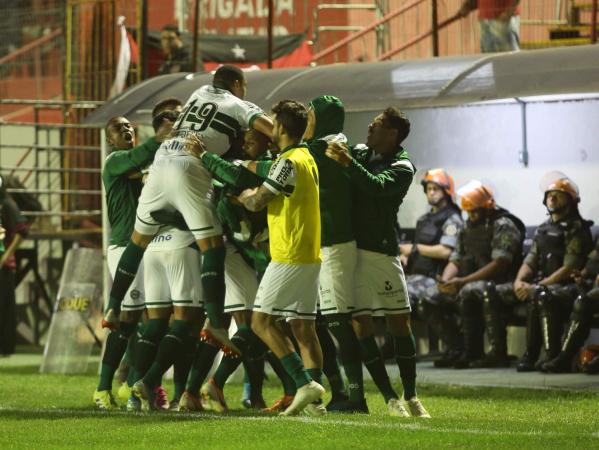 Jogadores do Coritiba comemoram gol em Pelotas