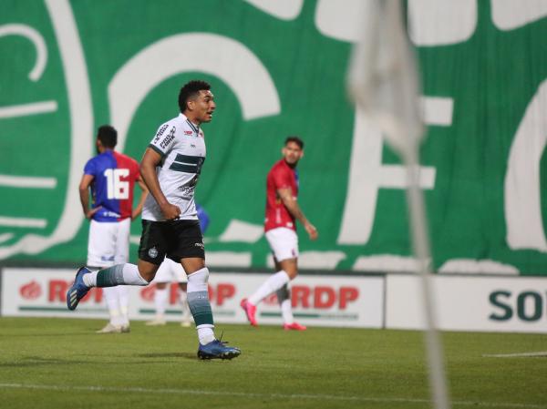 Igor Jesus comemora o segundo gol do Coritiba na partida