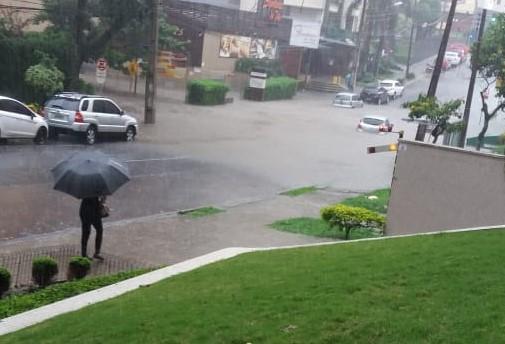 Volume de chuva nesta tarde chegou a 109 mm; veja o balanço de ruas alagadas na Capital