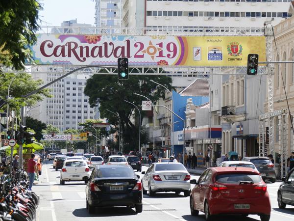 Portais para o Carnaval foram instalados na via