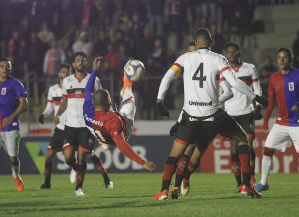 Paraná Clube dá sinal de vida, mas empata sem gols na Vila Capanema