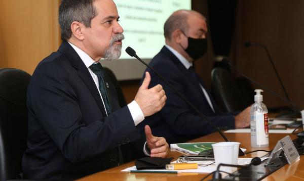 Secretário executivo da pasta, Élcio Franco, em entrevista coletiva