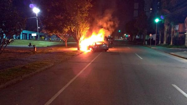O carro em chamas em São José dos Pinhais