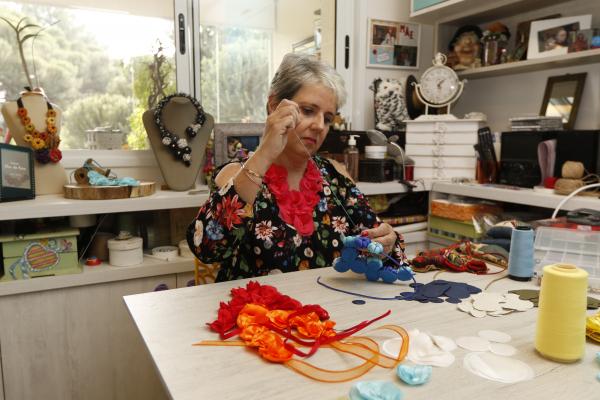 """Ana Paula Panhoni, produz """"jóias"""" a partir de tecidos como ceda e cetim: venda em feiras e pelo Facebook"""
