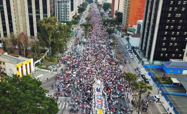 Procissão de Corpus Christi reúne milhares de pessoas no Centro Cívico