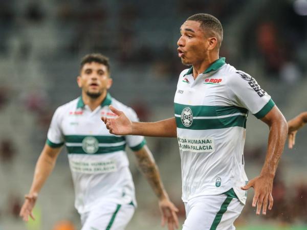 Igor Jesus comemora gol contra o Athletico, na Arena da Baixada