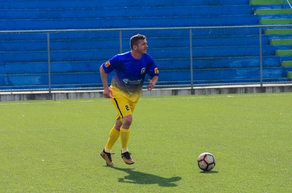 Goiano, ex-Paraná Clube, joga no Estádio do Pinhão: grama sintética de qualidade