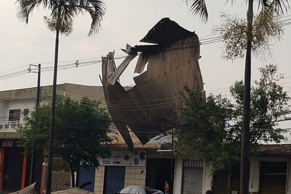 Temporais deixam rastro de destruição  e 435 mil casas sem energia elétrica no Paraná