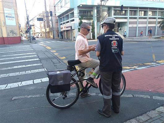 Equipes da Escola de Trânsito orientam ciclistas e pedestres sobre as normas