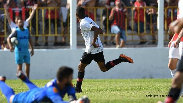 Erick comemora o primeiro gol do Athletico sobre o Rio Branco, em Paranaguá