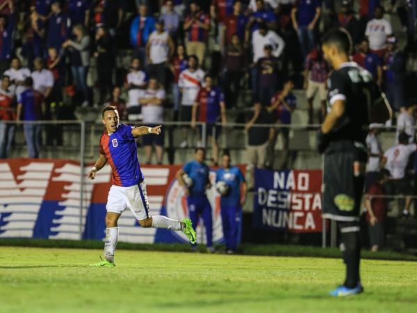 Andrey comemora o segundo gol do Paraná Clube na partida