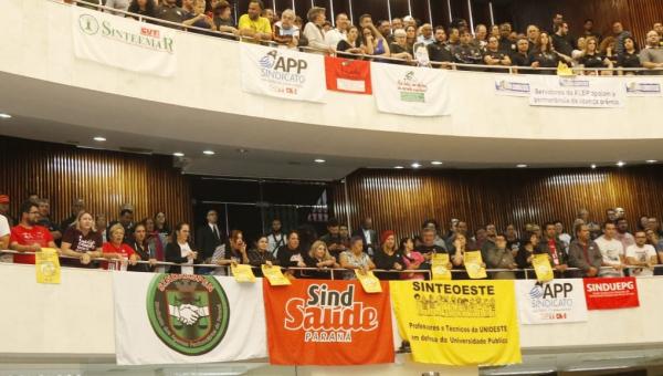 No dia do professor, servidores protestam e governo defende fim de licença: 'sociedade apoia'