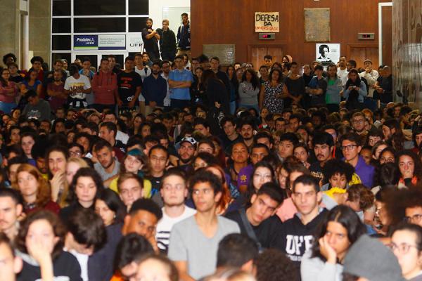 Assembleia do DCE-UFPR, ontem, abriu a semana de manifestações