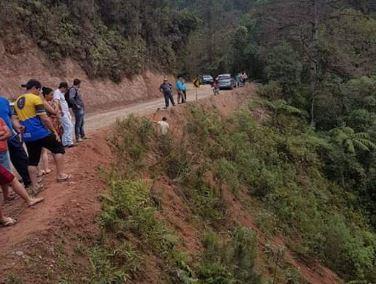 Caminhonete despenca de ribanceira e deixa cinco mortos e 17 feridos na Grande Curitiba
