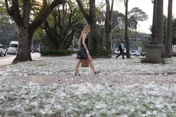 Painas cobrem o chão do Largo Bittencourt, em frente ao Círculo Militar