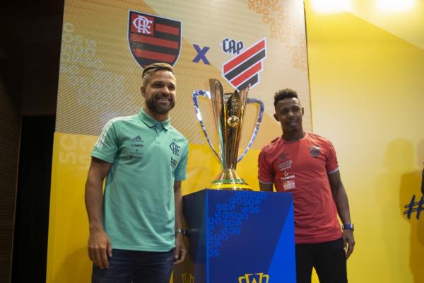 Diego, do Flamengo, e Wellington, do Athletico, com a Supercopa