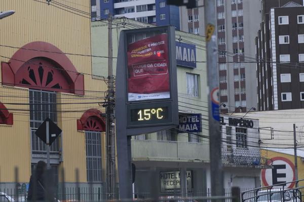 Manhã começa fria em Curitiba