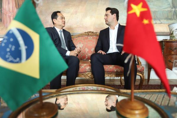 Encontro do governador Ratinho Junior com o embaixador da República Popular da China, Yang Wanming, em março deste ano