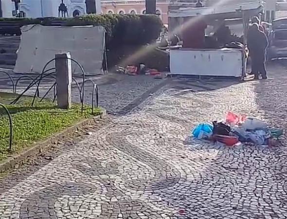 Lixo espalhado antes da Feira do Largo da Ordem começar: vandalismo