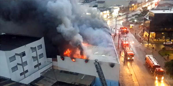 Incêndio na loja da Móveis Campo Largo