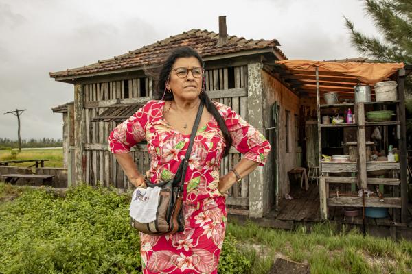 Regina Casé vive Lurdes em 'Amor de Mãe', novela que deve voltar a ser gravada em julho