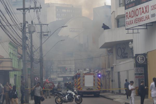 Incêndio em casa abandonada na Rua 13 de Maio assustou moradores