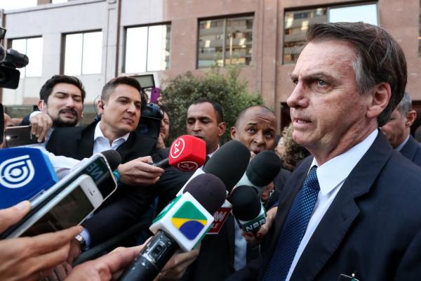 """Bolsonaro: """"os atritos que acontecem no momento, mesmo eu estando calado e fora do Brasil, acontecem na política lá dentro porque alguns, não são todos, não querem largar a velha política"""""""