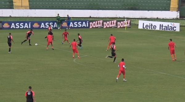 Bergson chuta para marcar gol do Athletico no jogo-treino