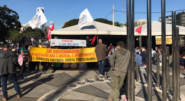 Servidores em frente ao Palácio Iguaçu: governo pediu suspensão da greve por uma semana