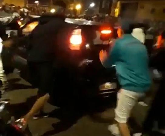 O carro foi atacado por jovens após ter dado marcha ré e acertado algumas pessoas