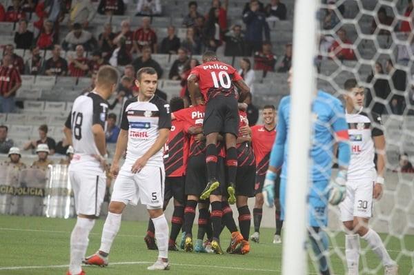 Jogadores do Athletico comemoram gol na Arena, sobre o General Díaz
