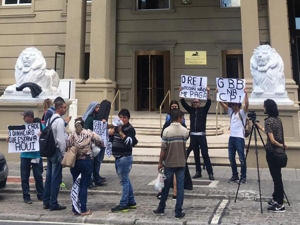 Protesto em frente a sede do Grupo Bitcoin Banco, em Curitiba