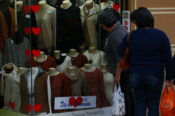 Nas vitrines, lojas se 'vendem' o Dia dos Namorados, no dia 12 de junho