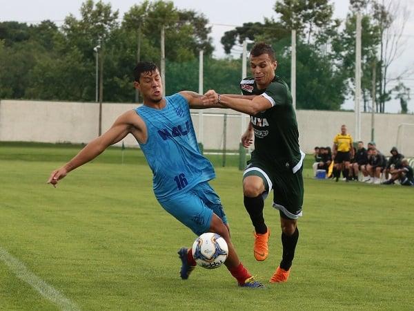 Welinton Junior (à direita) enfrenta jogador do Rio Branco, em jogo-treino no CT