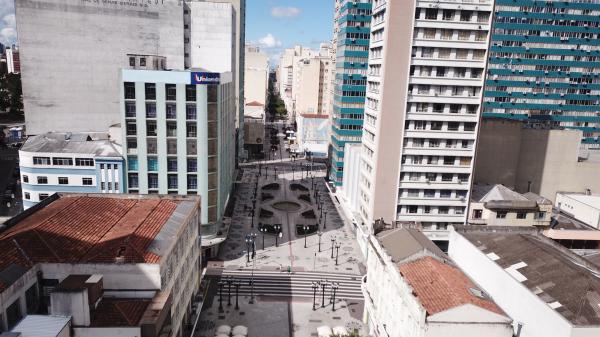 Em tempos de pandemia, Centro de Curitiba chegou a ficar vazio
