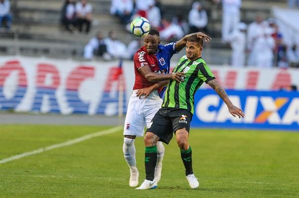 Em jogo do Paraná Clube, Cleber Reis disputa lance com Rafael Moura, do América-MG
