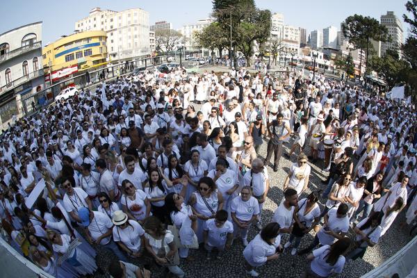 Passeata contra a intolerância começou na Praça Tiradentes e seguiu até a Praça Eufrásio Corrêa