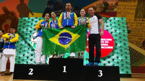 Equipe do CADI que conquistou doze medalhas no Pan-Americano de Caratê no México