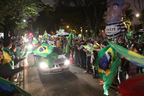 Na imagem, eleitores de Curitiba celebram a vitória de Bolsonaro nas eleições presidenciais, em outubro último
