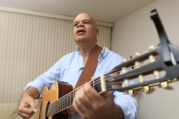 Thobias de Santana tem pai e mãe artistas, que não queriam que ele seguisse o mesmo caminho