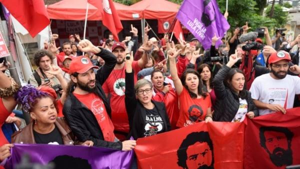Manifestantes aguardam saída de Lula da sede da PF em Curitiba: expectativa