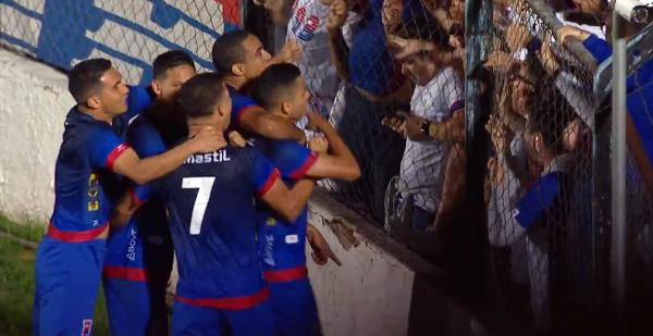 Jogadores do Paraná comemoram o gol de Bruno Rodrigues