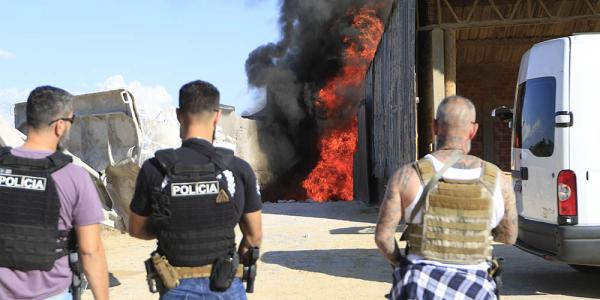 Policiais acompanham a queima das drogas