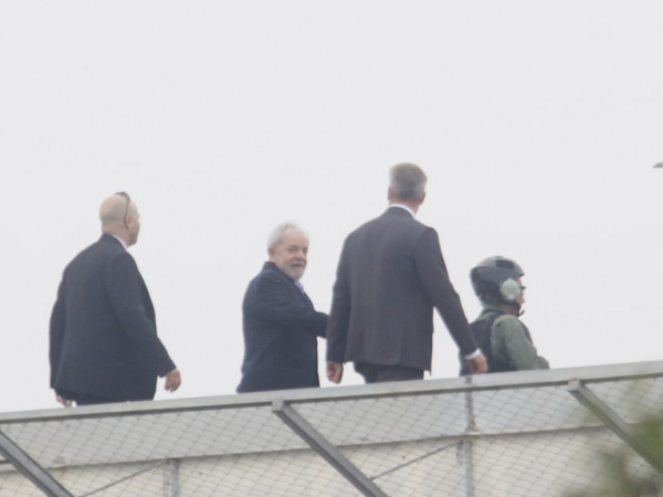 Ex-presidente deixando a sede da PF, em Curitiba