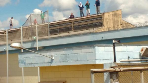 Detentos rendem agentes carcerários durante rebelião na Penitenciária de Cascavel